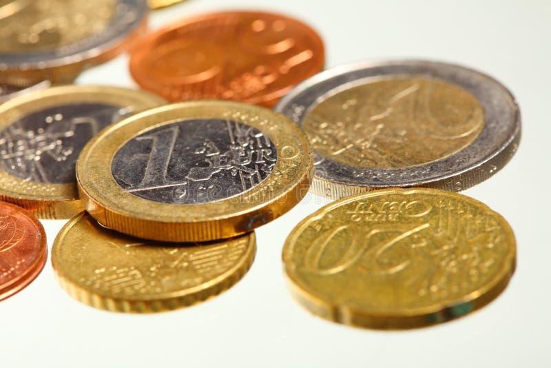 L'euro européen de devise invente l'argent sur le blanc images stock