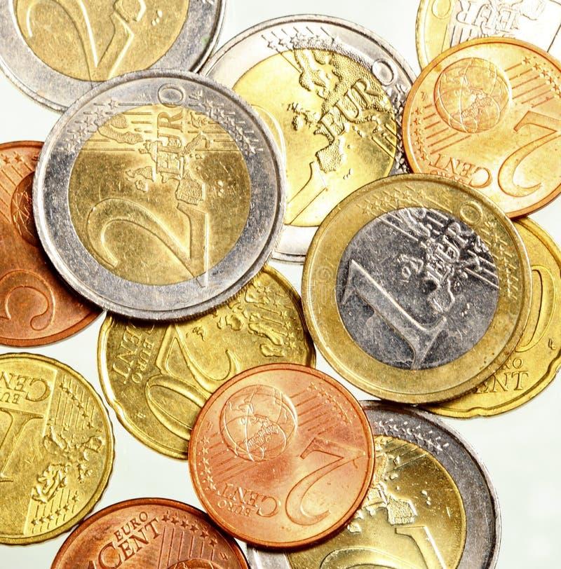 L'euro européen de devise invente l'argent sur le blanc photo stock