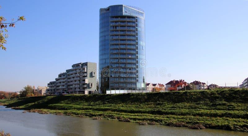 l'europe poland Rzeszow Podkarpackie Maison moderne près de la rivière Mur de Windows Constructions européennes Paysage urbain photos stock