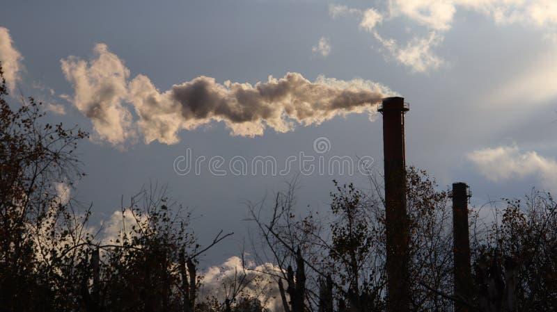 l'europe poland Yaslo Automne 2017 Cheminées de fumage d'usine photo stock