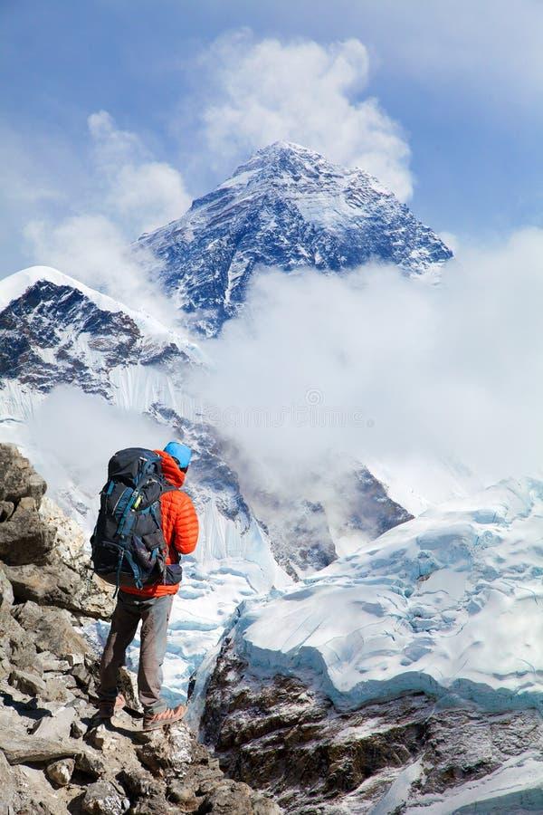 L'Everest con il turista fotografie stock libere da diritti