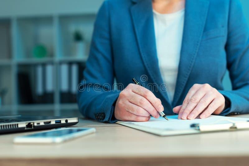 L'exécutif féminin approuve le plan d'action et le document de signature images stock