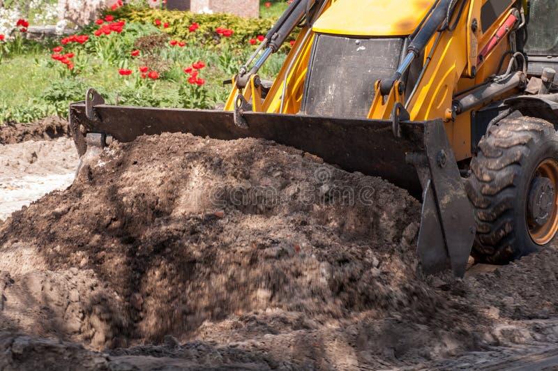 L'excavatrice fonctionne avec la terre photographie stock