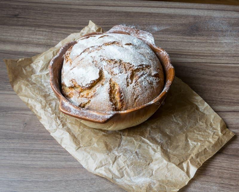 L'excellent pain fait maison croquant a fait cuire au four dans un plat de cuisson image libre de droits
