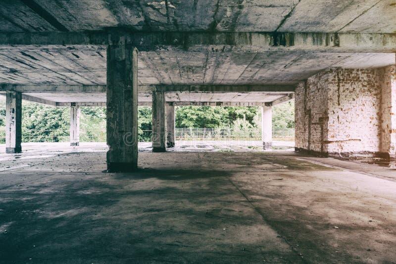 L'exploration urbaine de construction abandonnée, Sun rayonne la chute vers le bas sur Flor dans la vieille maison abandonée Urbe images libres de droits