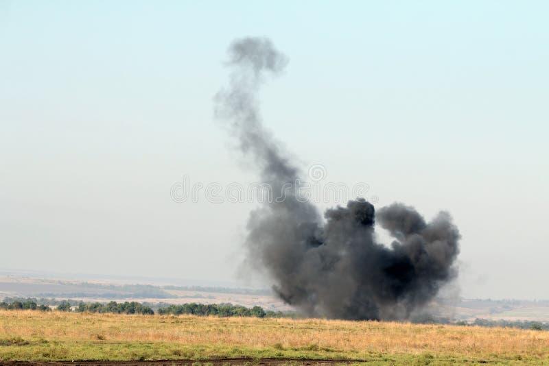 L'explosion d'une charge de combat au site pendant la bataille photos stock