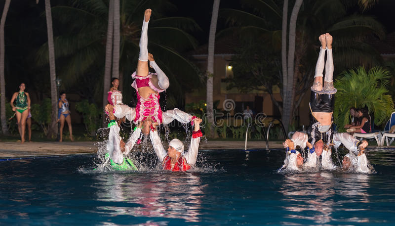 L'exposition élégante de l'eau a exécuté par de hauts danseurs cubains professionnels passionnés photos stock