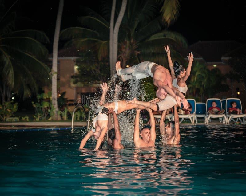 L'exposition élégante de l'eau a exécuté par de hauts danseurs cubains professionnels passionnés photo libre de droits