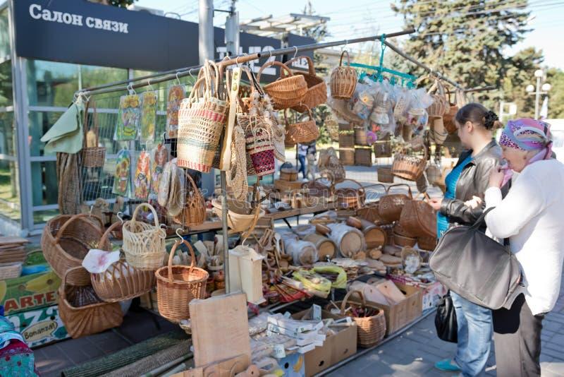 Download L'exposition Et La Vente Des Produits En Bois Handcrafted Dans Les Rues Photographie éditorial - Image du brun, configuration: 77153897