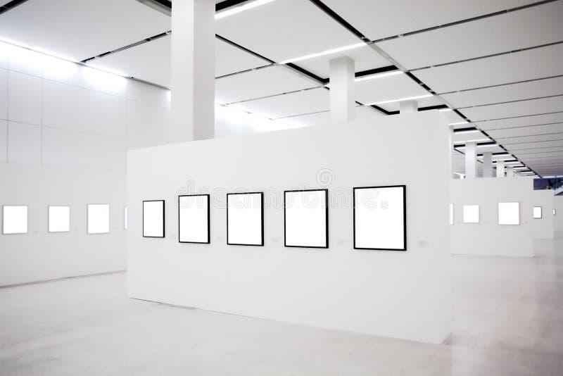 l'exposition vide encadre beaucoup de murs blancs image stock