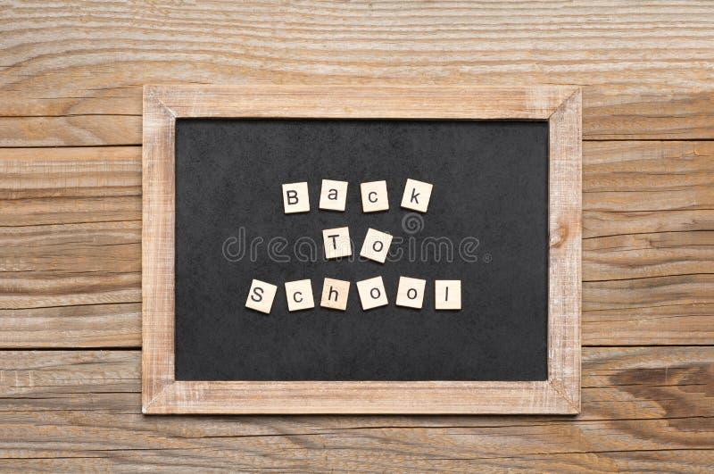L'expression de nouveau à l'école écrite avec les tuiles en bois photos libres de droits
