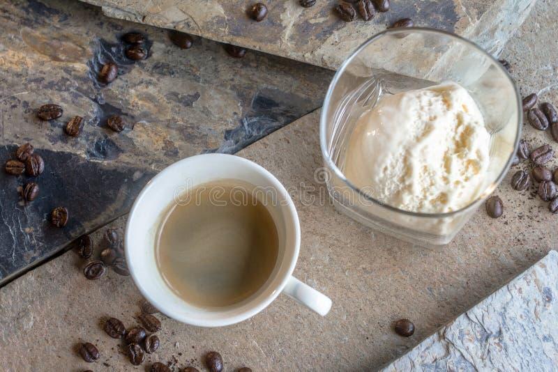 L'expresso avec une crème glacée ou un nom différent a appelé Affogato pour ceux qui apprécient l'intensité du café avec un bonbo image libre de droits