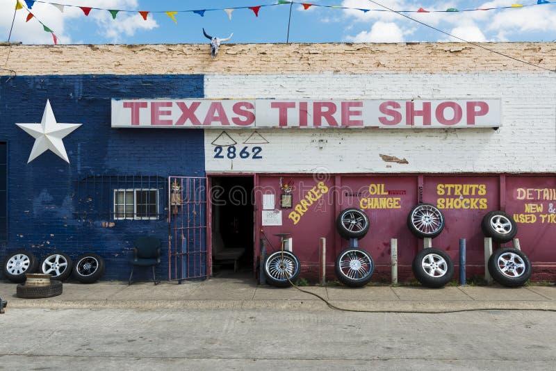 L'extérieur d'une boutique de pneu avec Texas Flag peint dans la façade, dans la ville de Forth Worth, le Texas images libres de droits