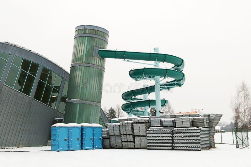 L'extérieur du bâtiment moderne est une piscine d'intérieur avec une glissière pour l'hivernage Repos pour des personnes La joie  photos libres de droits
