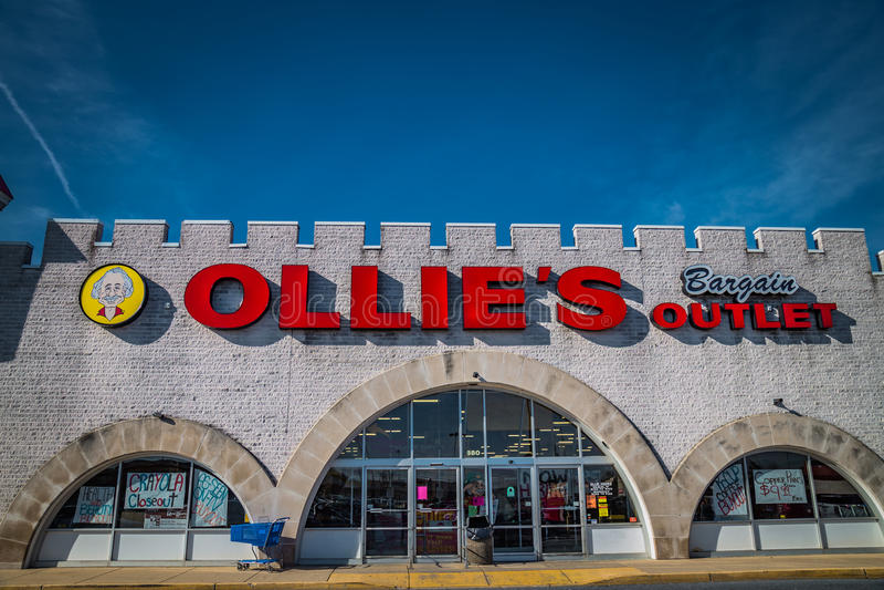 L'extérieur se connectent l'emplacement de vente au détail de débouché d'affaire d'Ollies photos libres de droits
