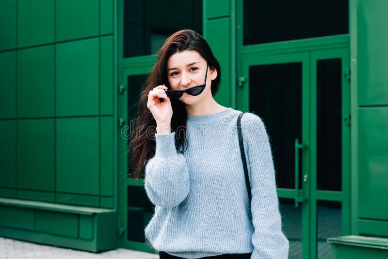 ? l'ext?rieur verticale de belle jeune fille de brune Fille adolescente de charme avec des lunettes de soleil utilisant l'?quipem photo libre de droits
