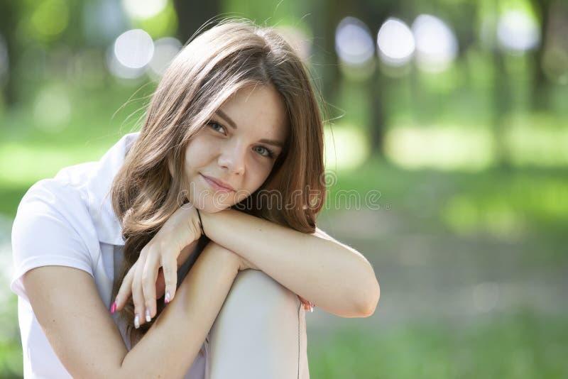 ? l'ext?rieur verticale de belle jeune fille de brune image libre de droits