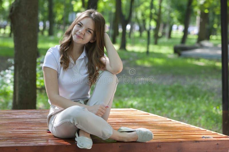? l'ext?rieur verticale de belle jeune fille de brune photos libres de droits
