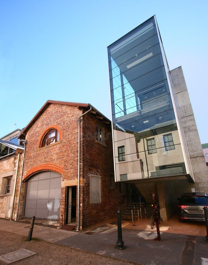 L'extension en verre architecturale moderne de cage d'escalier s'est ajoutée au vieil immeuble de brique historique existant en S images libres de droits