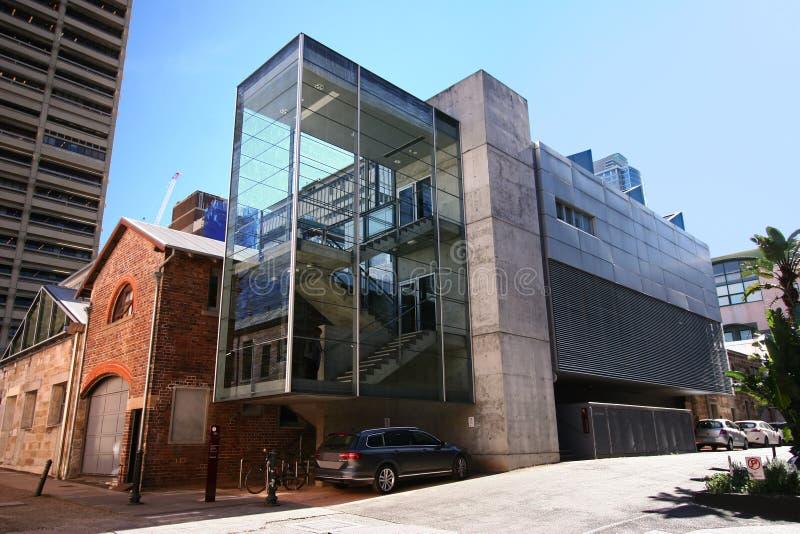 L'extension en verre architecturale moderne de cage d'escalier s'est ajoutée au vieil immeuble de brique historique existant en S photo stock