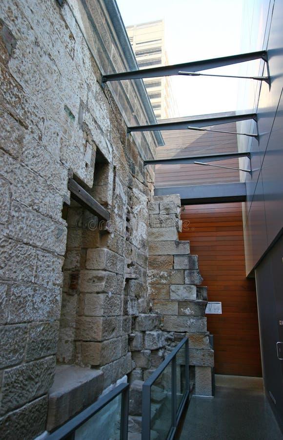 L'extension en verre architecturale moderne de couloir de lucarne s'est ajoutée au vieux bâtiment en pierre historique existant e photos stock