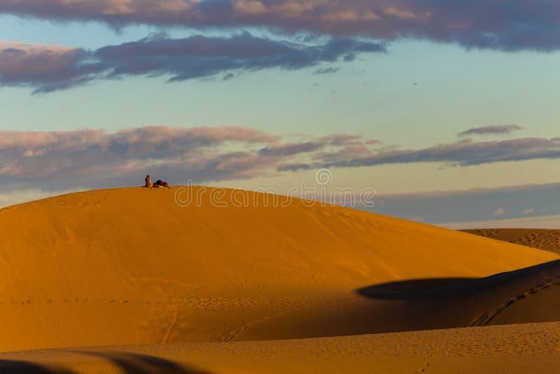 L?gen auf den W?stend?nen in Gran Canaria bei Sonnenuntergang lizenzfreie stockfotografie