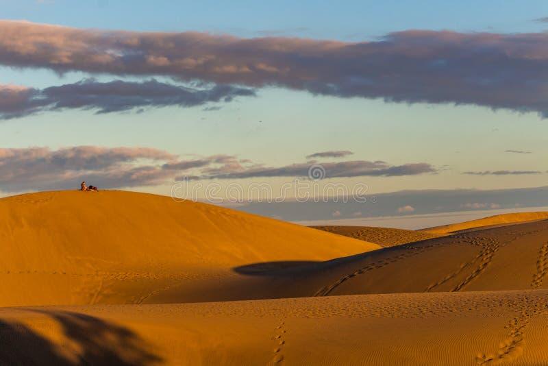 L?gen auf den W?stend?nen in Gran Canaria bei Sonnenuntergang lizenzfreie stockfotos