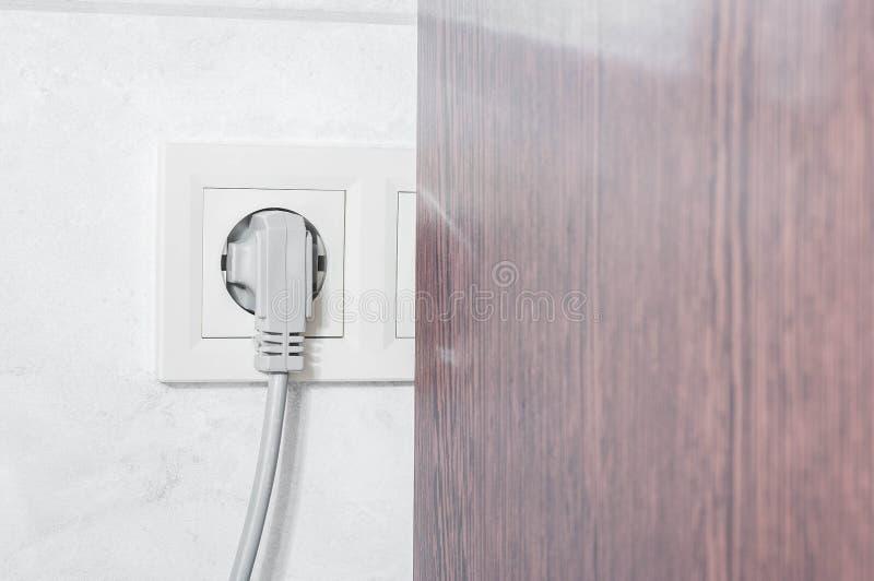 L?get av elektriska uttag i badrummet, s? att inte var synligt och inte st?rde royaltyfri fotografi