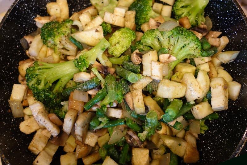 L?gumes cuits dans une casserole R?pand les champignons de paris, brocoli Nourriture v?g?tarienne Le concept de la consommation s image stock