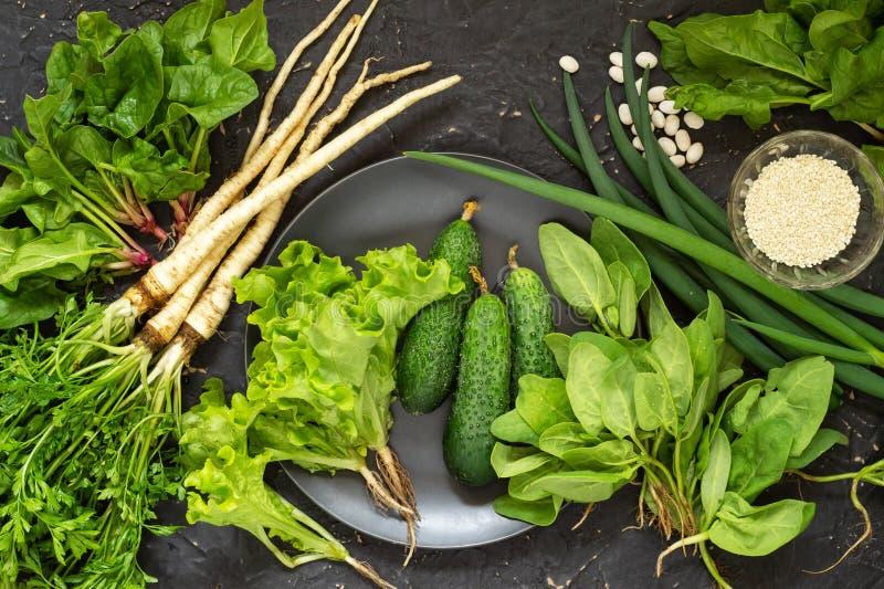 L?gumes frais organiques Concombres, persil, sésame, haricots et basilic Concept sain de nourriture photos stock