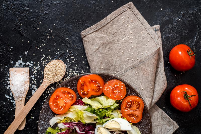 L?gumes sur le fond noir Nourritures organiques et légumes frais Concombre, chou, poivre, salade, carotte, brocoli, images libres de droits