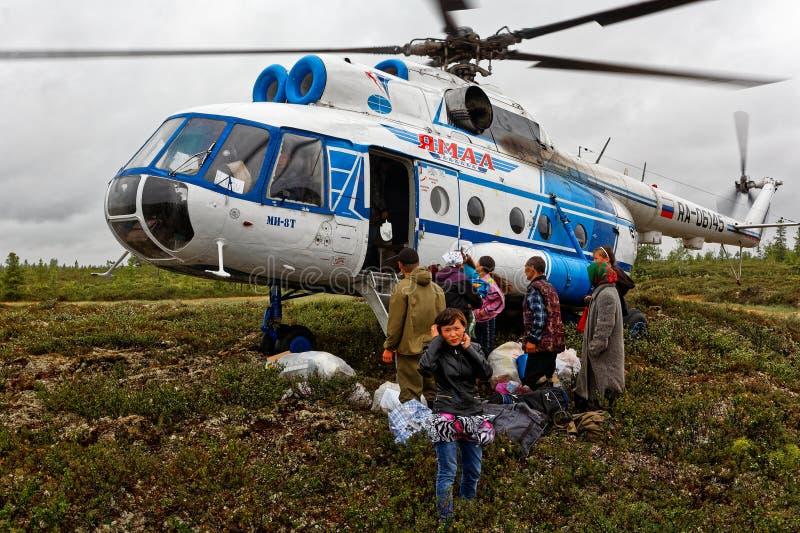 L'hélicoptère dans la toundra Transport et transport d'air des personnes et des marchandises dans le nord lointain photographie stock libre de droits