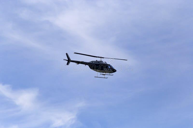 L'hélicoptère de la police d'état examine le cubage romain un beau jour d'hiver photos stock