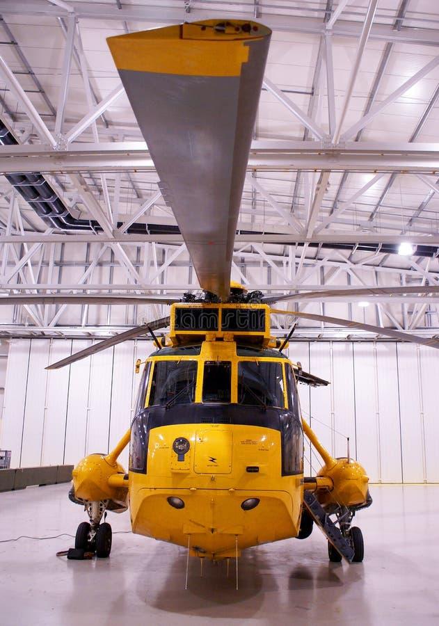 L'hélicoptère de Seaking, militaires recherchent et sauvent sur l'aérodrome images libres de droits