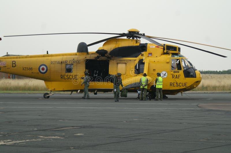 L'hélicoptère de Seaking, militaires recherchent et sauvent sur l'aérodrome image stock