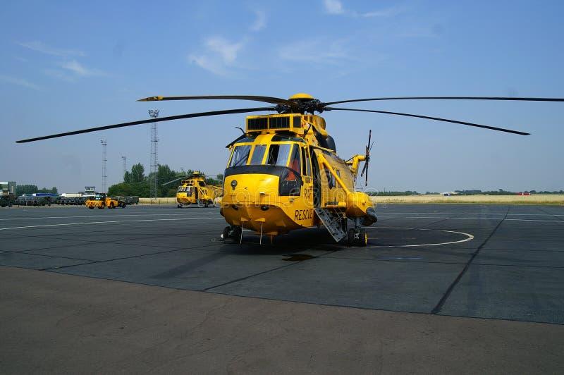 L'hélicoptère de Seaking, militaires recherchent et sauvent sur l'aérodrome photographie stock
