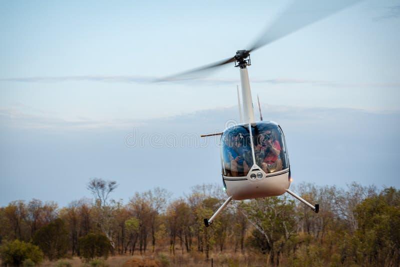 L'hélicoptère enlève à la maison la station de vallée images libres de droits