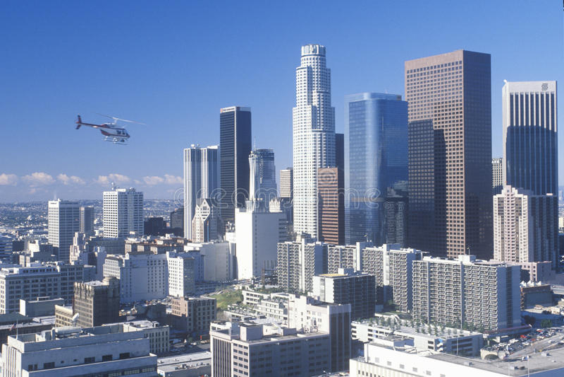 L'hélicoptère vole au-dessus du nouvel horizon de Los Angeles, Los Angeles, la Californie images stock