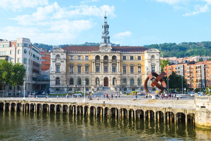 L'hôtel de ville de Bilbao regarde, près de la rivière de nervion, l'Espagne photos stock