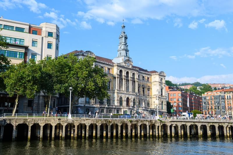 L'hôtel de ville de Bilbao regarde, près de la rivière de nervion, l'Espagne photographie stock