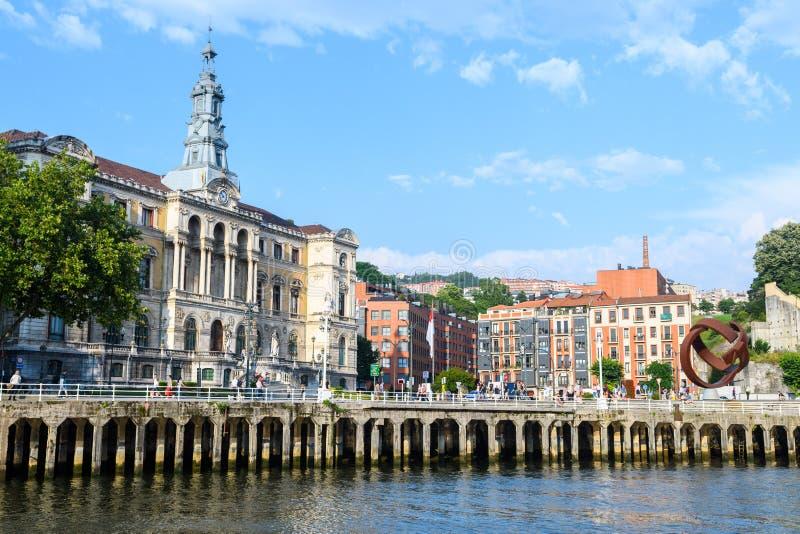 L'hôtel de ville de Bilbao regarde, près de la rivière de nervion, l'Espagne photographie stock libre de droits