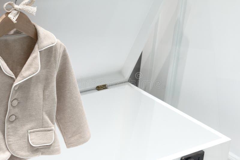 L'habillement des enfants et les meubles des enfants ont fait à partir des matériaux naturels Couleur beige de la veste des enfan photographie stock libre de droits