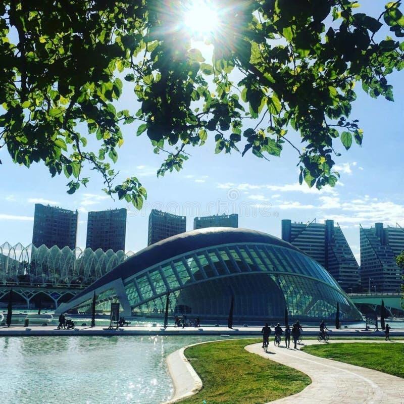 L 'halvklotformig byggnad, stad av konster & vetenskaper, Valencia royaltyfri bild