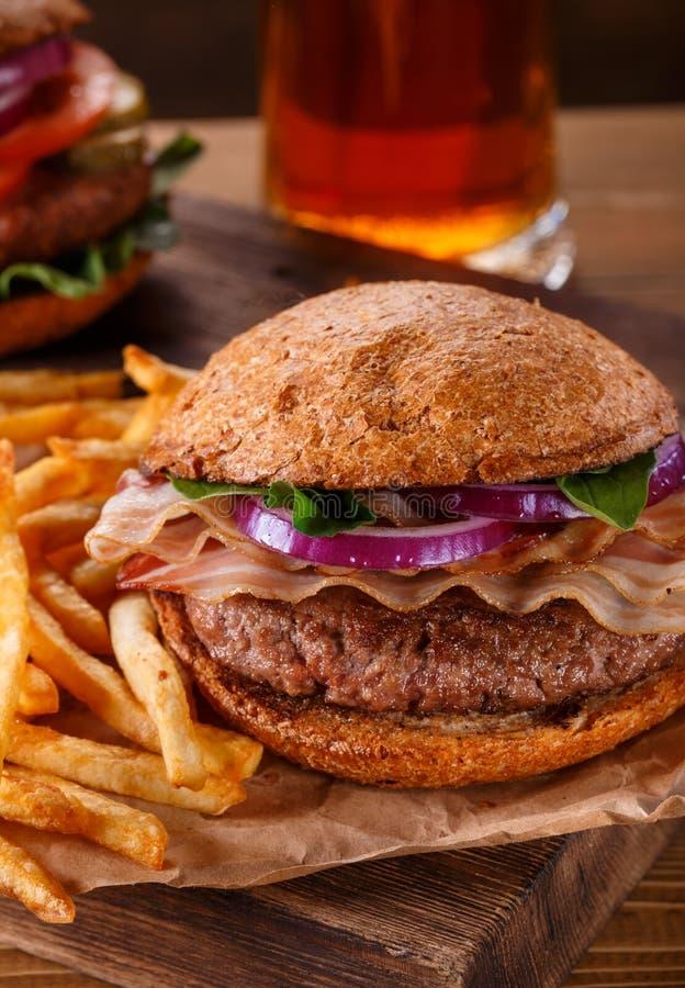 L 39 hamburger e le patate fritte si chiudono su su fondo di for Quando si seminano le patate