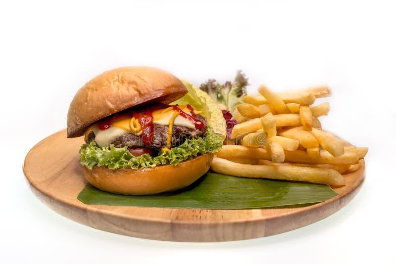 L'hamburger fatto domestico del formaggio ha servito i francesi fritti sul piatto di legno fotografie stock libere da diritti