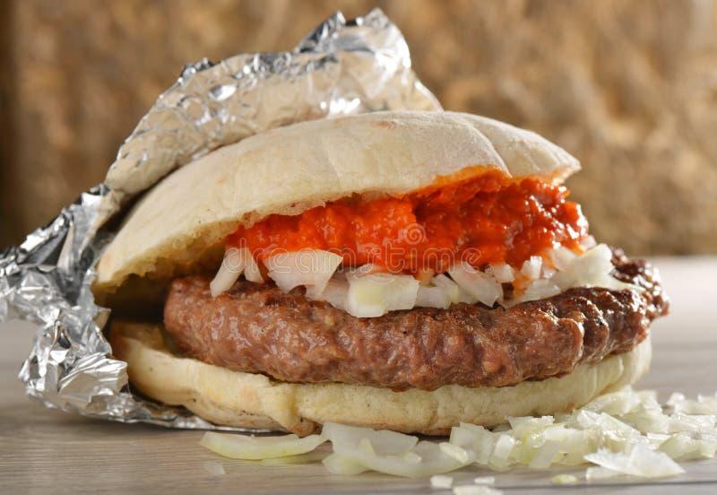 L'hamburger succoso/porta via fotografia stock