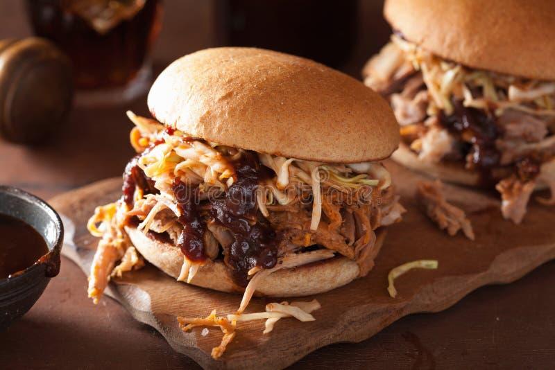 L'hamburger tirato casalingo della carne di maiale con insalata di cavoli ed il bbq sauce fotografia stock libera da diritti