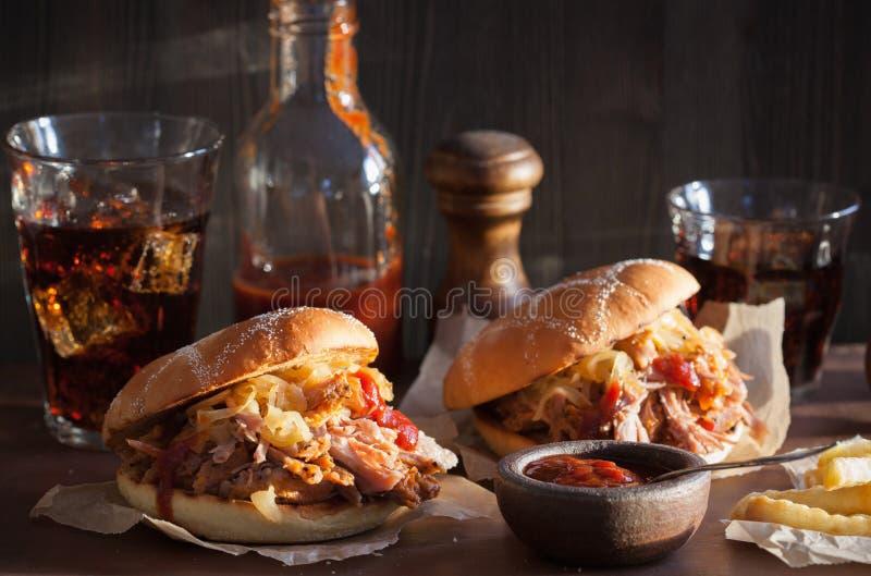 L'hamburger tirato casalingo della carne di maiale con la cipolla caramellata ed il bbq sauce fotografia stock libera da diritti