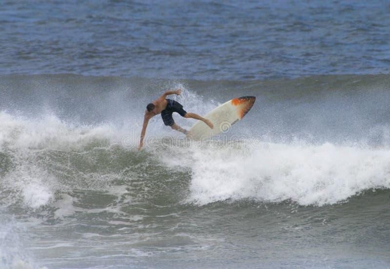L'Hawai praticante il surfing immagini stock