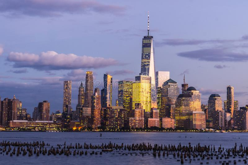 L'heure bleue dans le Lower Manhattan vu de Hoboken photographie stock libre de droits